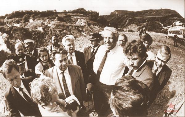 Ельцин на Камчатке рядом Бюрюков.jpg